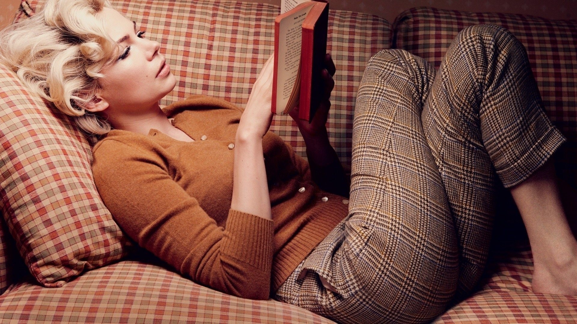 Girls___Beautyful_Girls_Girl_reading_a_book_lying_on_the_couch_043448_